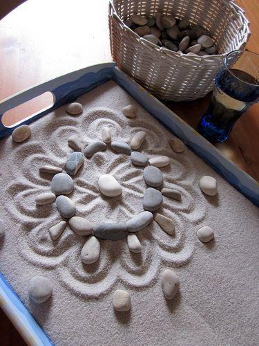 Hay muchas técnicas que nos ayudarán a enseñar a los niños y niñas a crear sus propios Mandalas. La arena y las piedras son buenas aliadas.